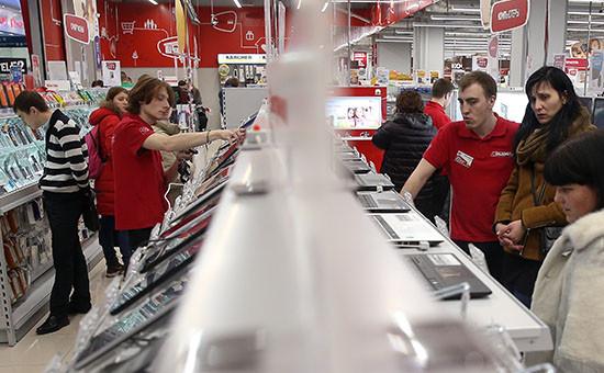 Посетители выбирают товары в магазине бытовой техники и электроники