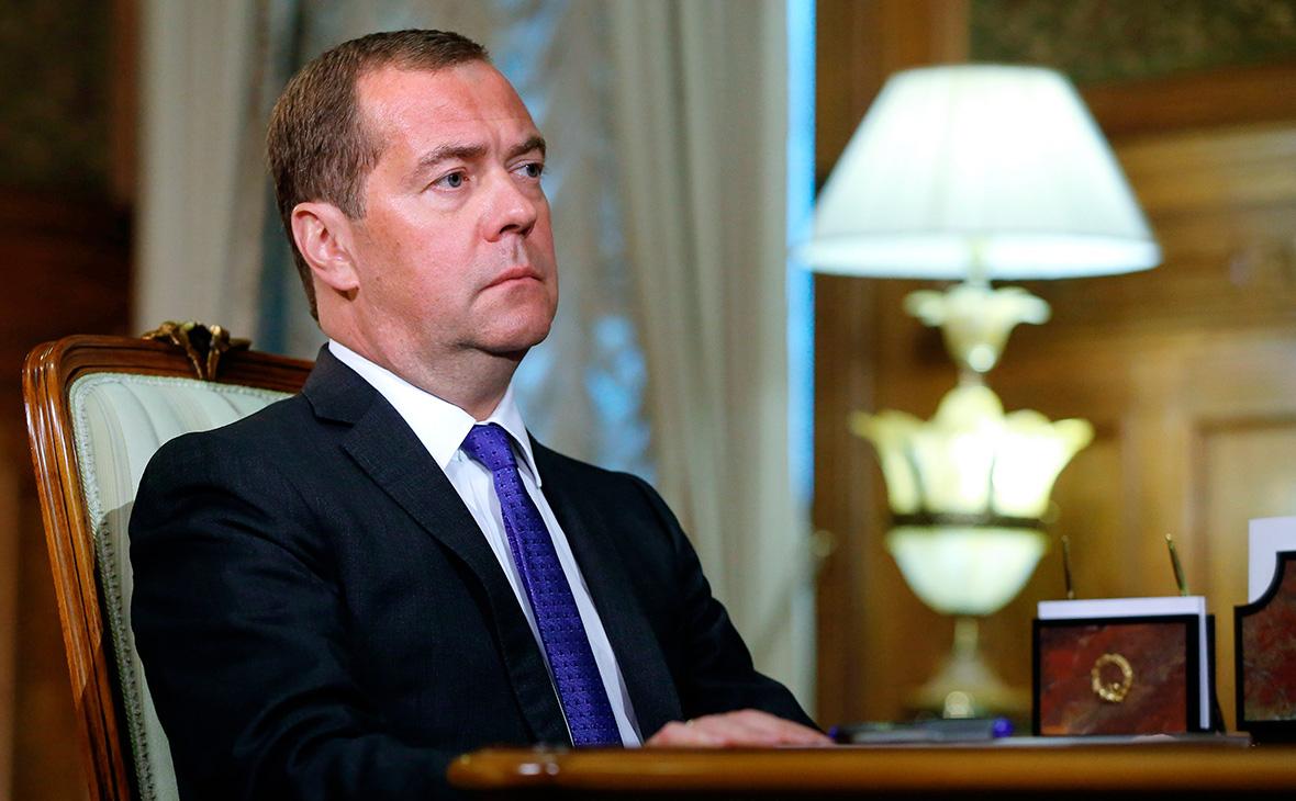 Медведев потребовал от банков устранить «банковский роуминг» в России