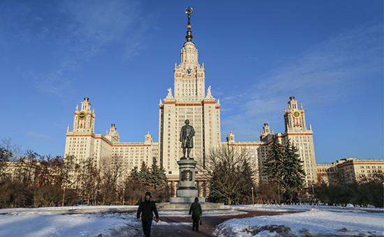 Памятник М.В. Ломоносову у главного здания МГУ