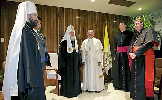Патриарх московский и всея Руси Кирилл и папа римский Франциск (в центре) с сопровождающими их священниками