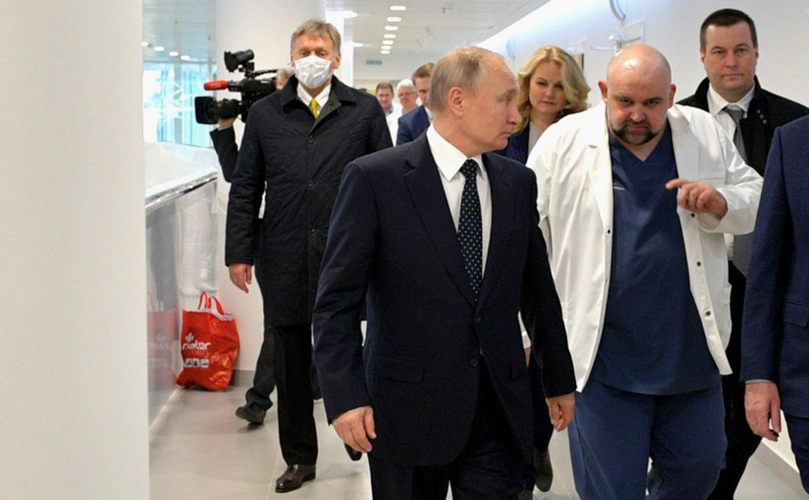 Дмитрий Песков и Владимир Путин (в центре)