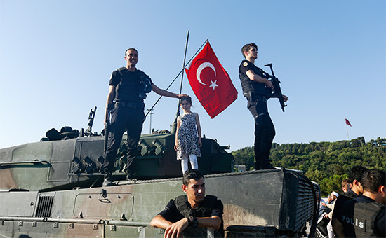 Полицейские на танке в Стамбуле