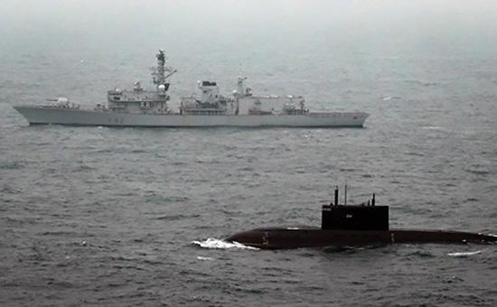 Корабль ВМС Великобритании Somerset сопровождает подводную лодку «Краснодар»