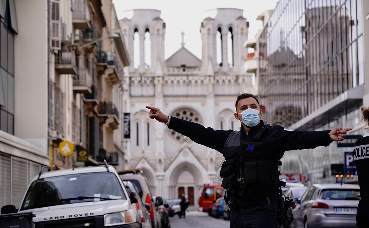 Полицейские возле базилики Нотр-Дам-де-Нис, где произошло нападение