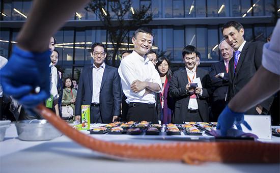 Основатель Alibaba Джек Ма (в центре)