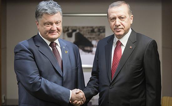 Президент Украины Петр Порошенко ипрезидент Турции Реджеп Эрдоган (слева направо) вовремя встречи врамках саммита глав государств иправительств стран—участниц НАТО. 8 июля 2016 года