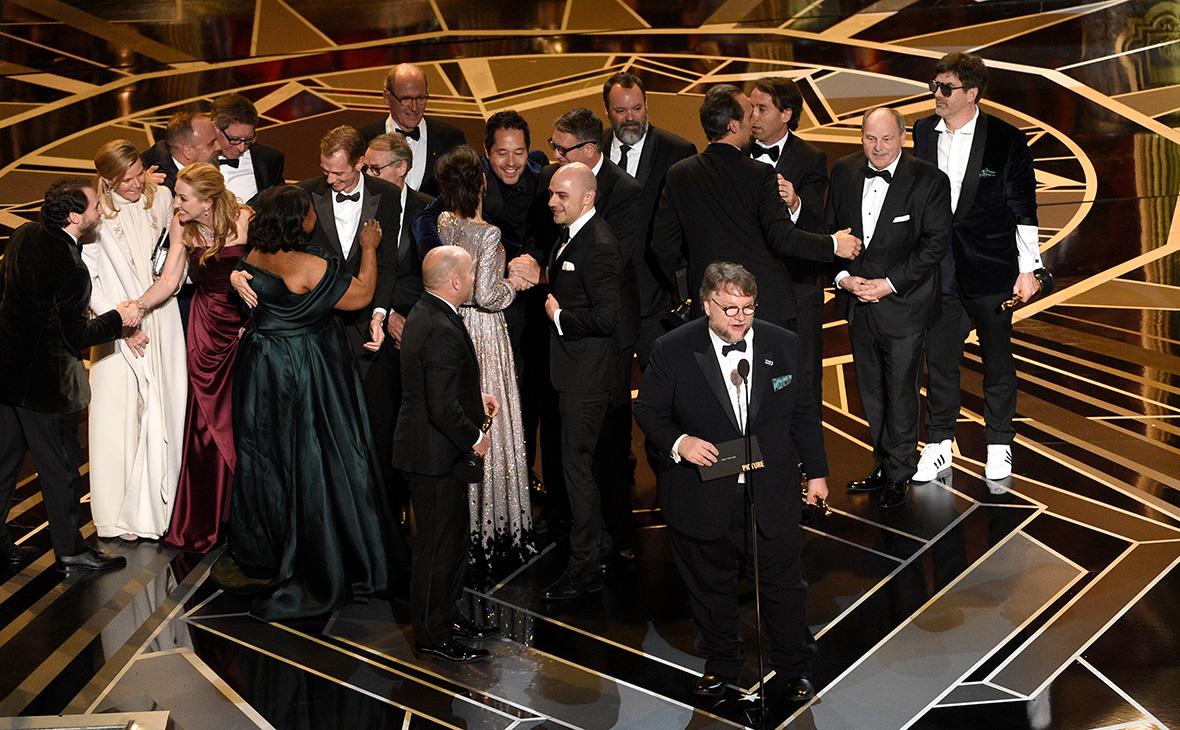 Гильермо дель Торо(на первом плане) и членысъемочной группы фильма «Форма воды»