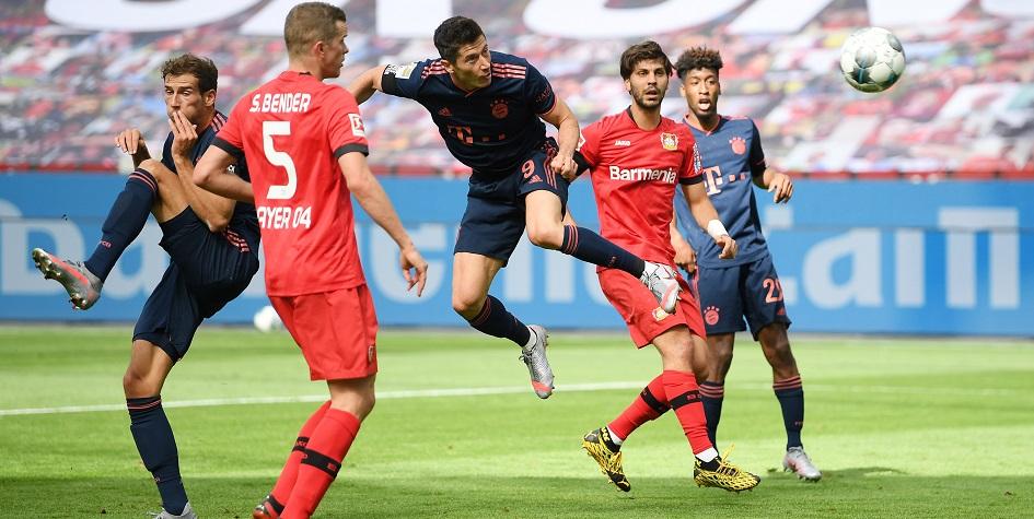 Роберт Левандовски (№9) забивает гол в ворота «Байера»