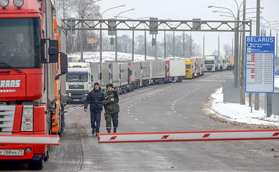 Очередь грузовых автомобилей наконтрольно-пропускном пункте белорусско-литовской границы «Каменный Лог». Россия иПольша несогласовали объемы грузоперевозок, из-зачего потоки пошли подругим направлениям, втом числе черезЛитву. 15 февраля 2016 года
