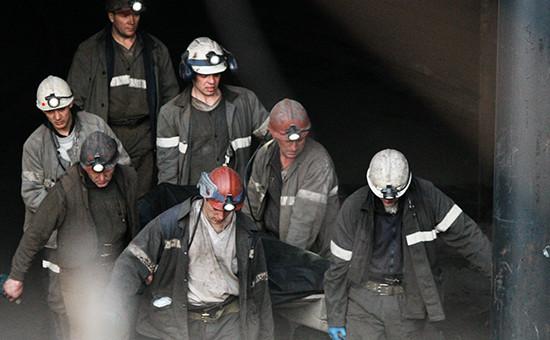 Спасатели поднимают наповерхность тела погибших привзрывах нашахте «Распадская» вКемеровской области, 2010 год
