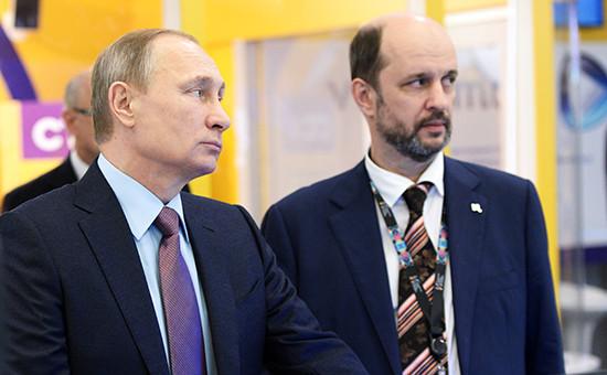 Президент России Владимир Путин иГерман Клименко (слева направо) напервом российском форуме «Интернет-экономика», 22 декабря 2015 года