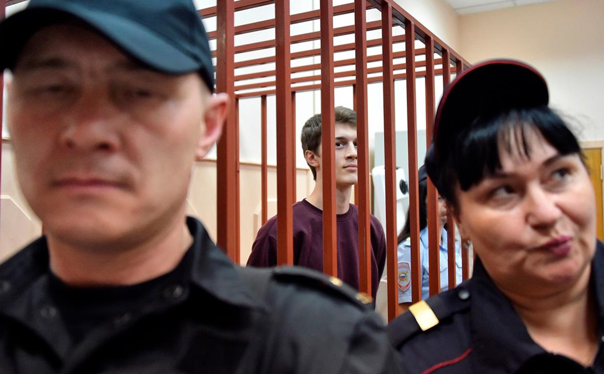 Егор Жуков (в центре)