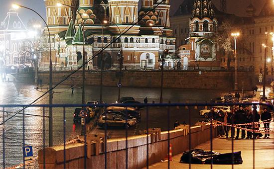 На месте убийства политика Бориса Немцова на Большом Москворецком мосту. 28 февраля 2015 года
