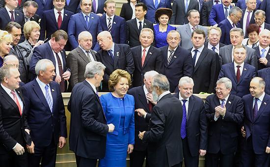 Валентина Матвиенко (в центре на первом плане) выбилась в лидеры сенаторов-богачей, продав квартиру и машино-место в Москве за 153 млн руб.