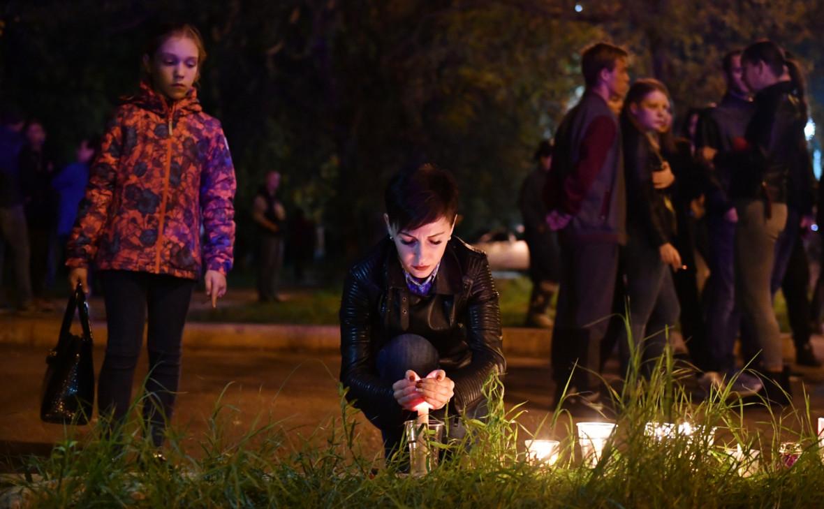 Женщина со свечой на улице в Керчи