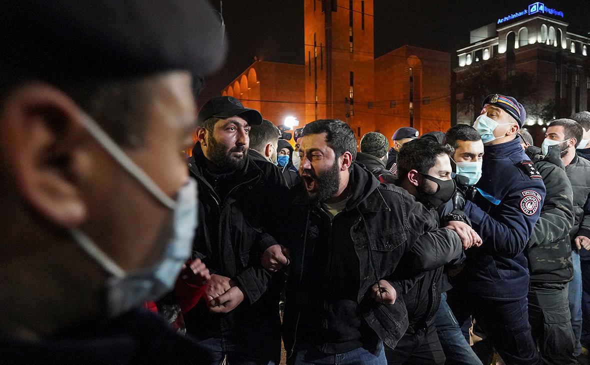 В Ереване полиция начала задержания перекрывших улицы протестующих