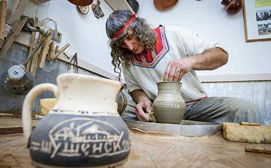 """Гончар во время работы в мастерской, расположенной на территории музея-заповедника """"Шушенское"""""""