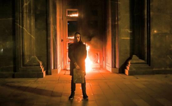 Петр Павленский перед входом в здание ФСБ на Лубянке