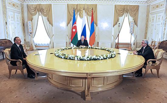 Президент Азербайджана Ильхам Алиев, президент РФ Владимир Путин ипрезидент Армении Серж Саргсян (слева направо) вовремя встречи вКонстантиновском дворце