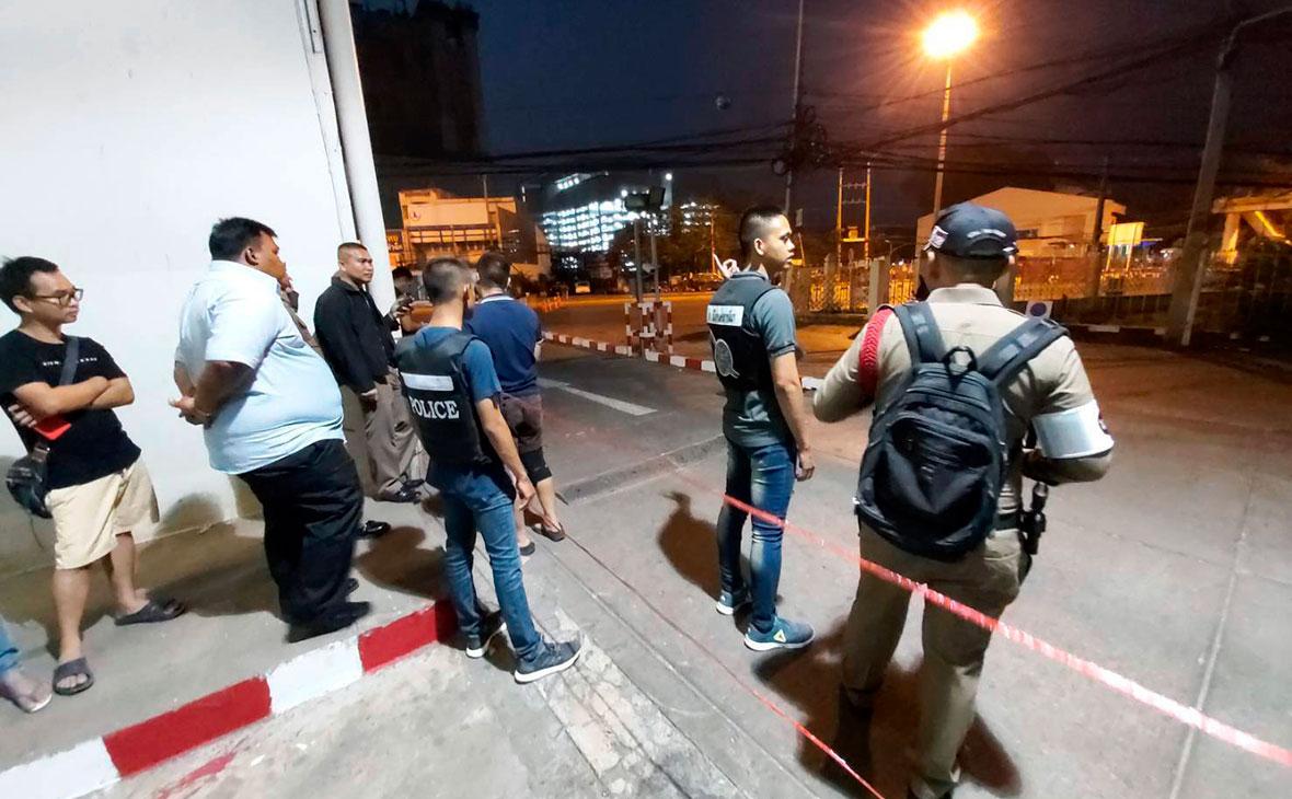 Полиция и прохожие рядом с местом стрельбы в торговом центре Terminal 21