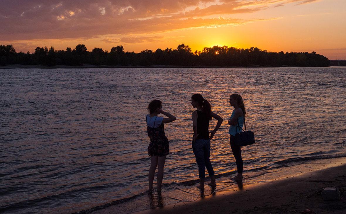 Горожане на набережной реки Иртыш, Омск