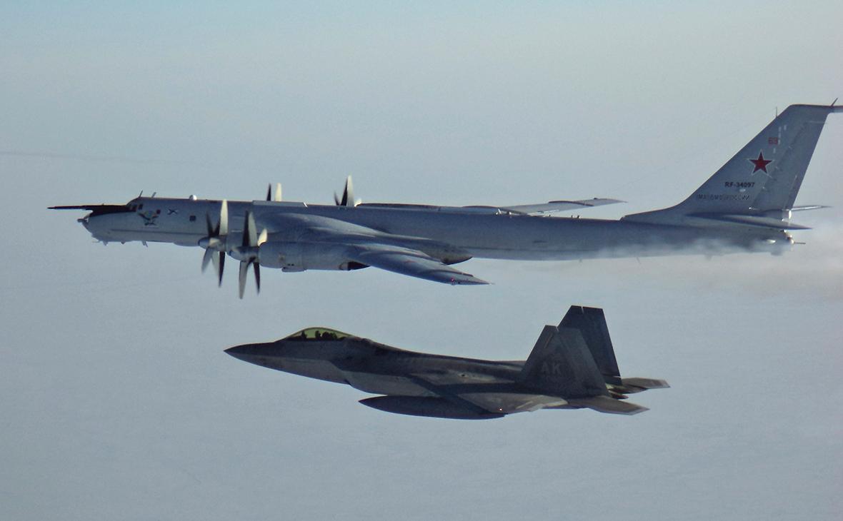 Самолет ТУ-142 и истребитель F-22