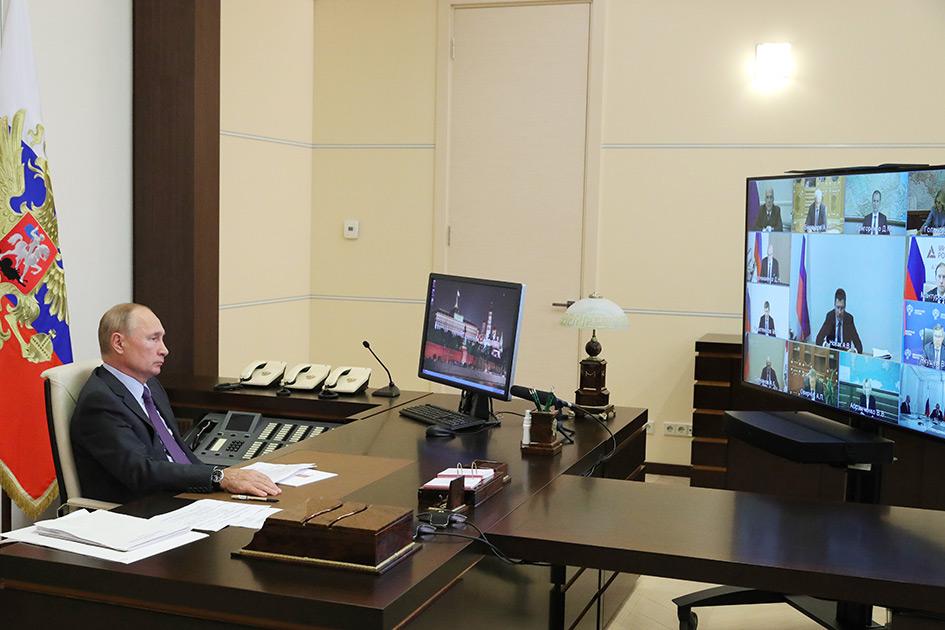 Президент РФ Владимир Путин в Ново-Огарево во время совещания с членами правительства РФ в режиме видеоконференции9 сентября