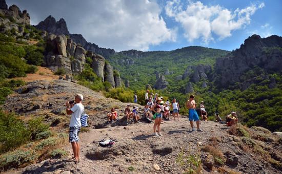 Туристы на горном массиве Демерджи-яйла в Алуштинском регионе Крыма, август2015 года