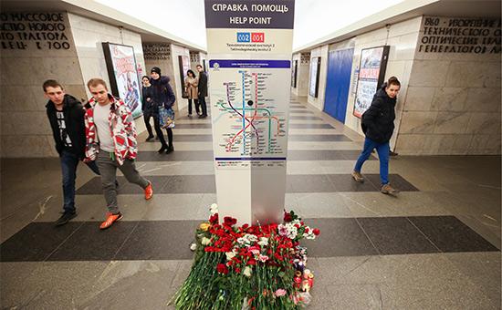 Цветы настанции метро «Технологический институт» впамять опогибших привзрыве 3 апреля 2017 года