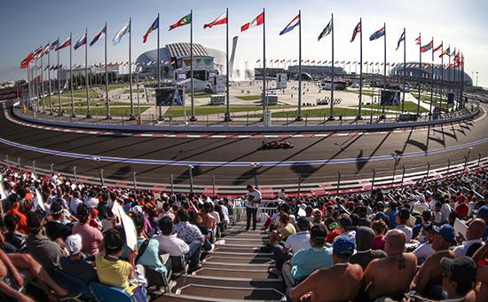 Зрители во время заезда на российском этапе чемпионата мира по кольцевым автогонкам в классе «Формула-1». 12 октября 2014 года