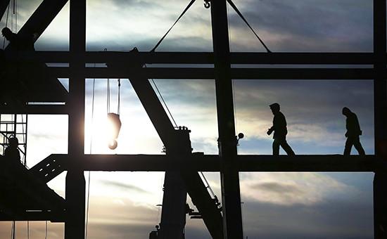 Рабочие на мобильной башне обслуживания стартового комплекса космодрома Восточный