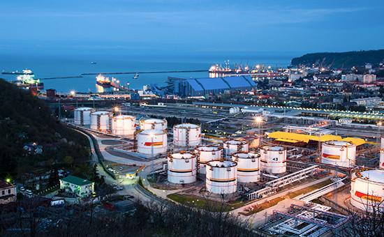 Вид на нефтеперевалочную базу и порт в городе Туапсе