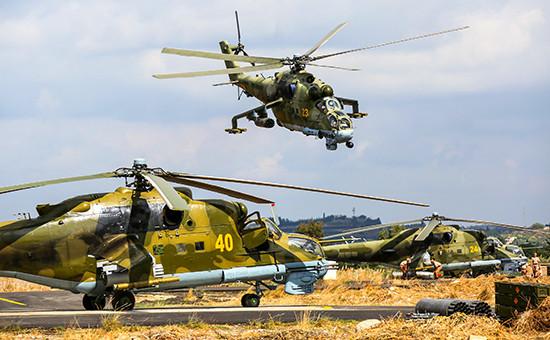 Российские ударные вертолеты Ми-24 нааэродроме Хмеймим в Сирии, 2015 год