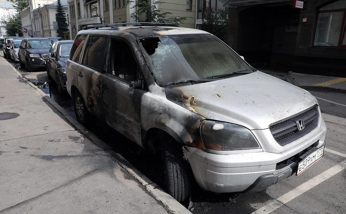 Сожженный автомобиль Honda у офиса Pen & Paper