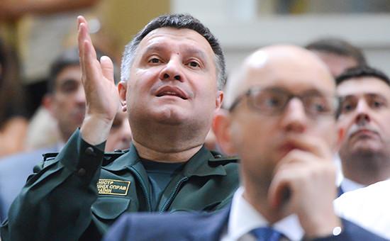 Министр внутренних дел Украины Арсен Аваков (слева) и премьер-министр Украины Арсений Яценюк