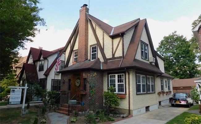 Дом внью-йоркском квартале «Джамейка-Эстейтс», гдевсередине прошлого века жил Дональд Трамп