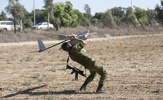 Солдат израильской армии запускает беспилотник
