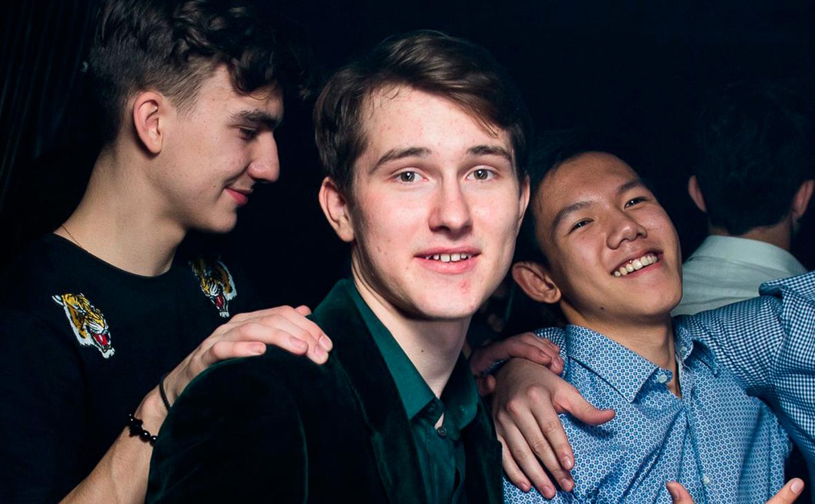 Егор Мазараки (в центре)