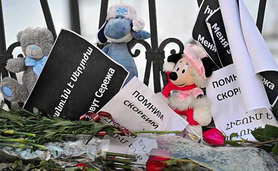 Цветы у посольства Армении в Москве, принесенные жителями города в связи с трагедией в Гюмри, январь 2015 года