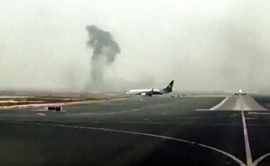 Дым над местом,где совершилаварийную посадку самолетавиакомпании Emirates.3 августа 2016 года