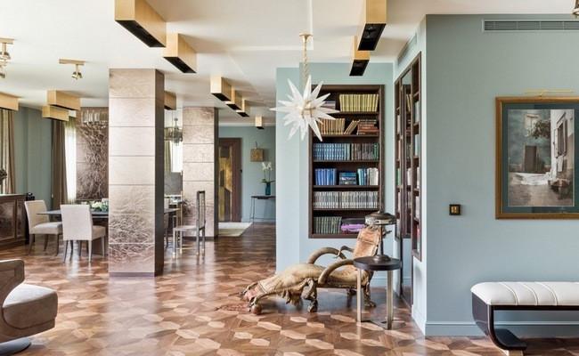 Интерьер квартиры по проекту Ольги Фрейман выполнен вмятной гамме с обилием деталей из бронзы и предметов искусства