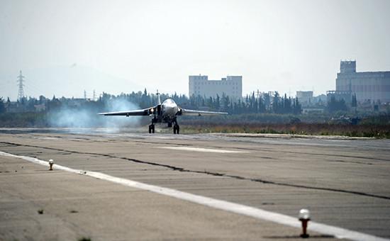 Российский бомбардировщик Су-24 садится наавиабазу Хмеймимвсирийской провинции Латакия