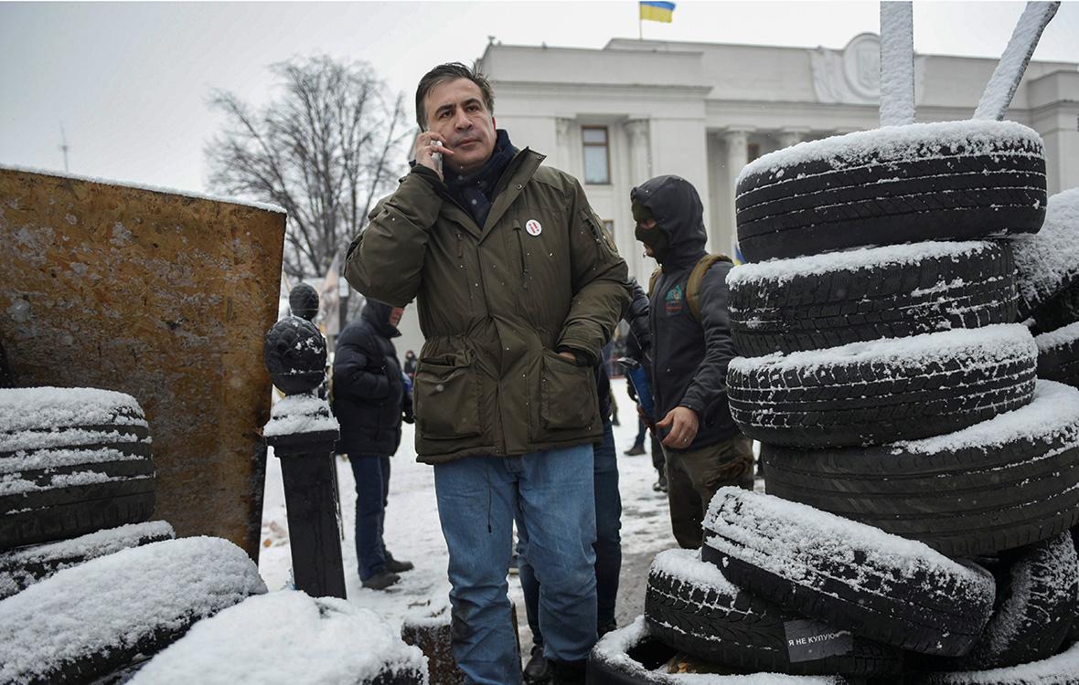 Михаил Саакашвили возле здания Верховной рады в Киеве. 6 декабря2017 года