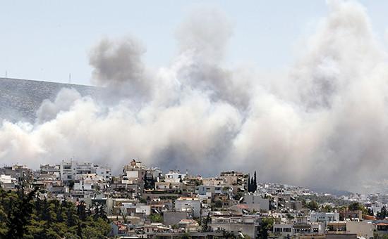 В результате лесного пожара на юге Греции дымом охвачен пригород Афин