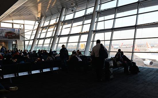 Пассажиры в зале ожидания международного аэропорта имени Ататюрка в Стамбуле