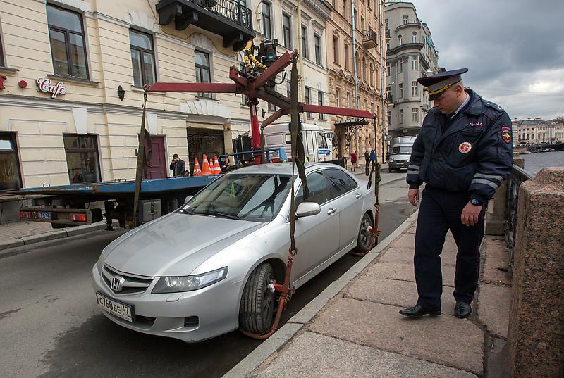 Санкт-Петербург. Эвакуация автомобиля на одной из улиц города
