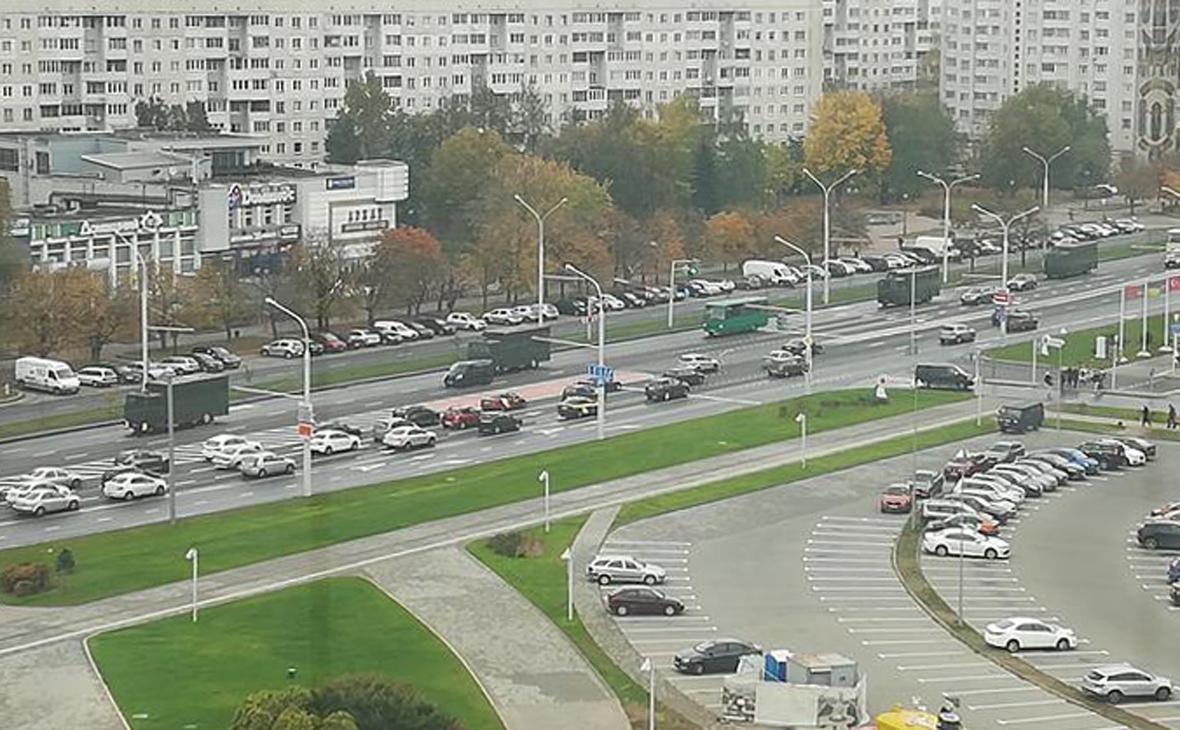 В центр Минска стянули военную технику и силовиков