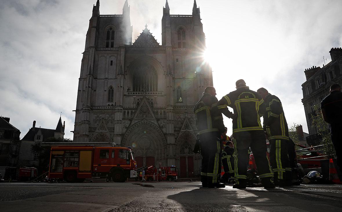 Пожарные на месте пожара в соборе в Нанте