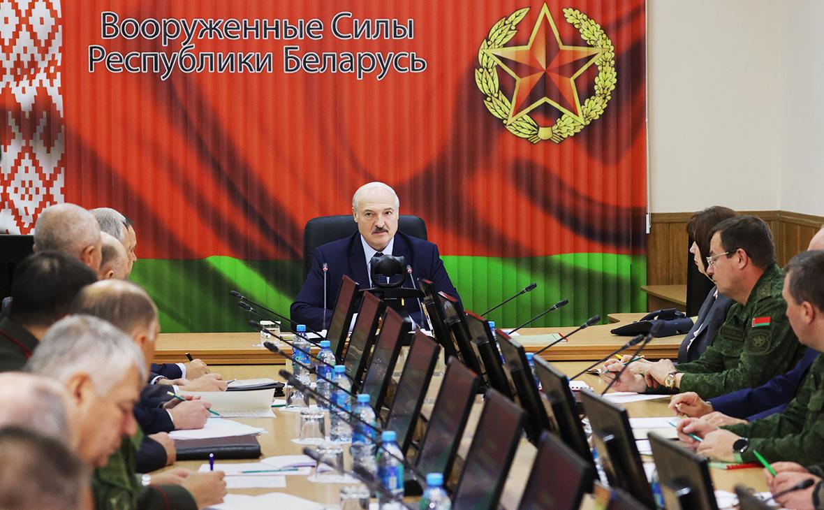 Александр Лукашенко (в центре) во время совещания в Центре стратегического управления в Министерстве обороны Белоруссии