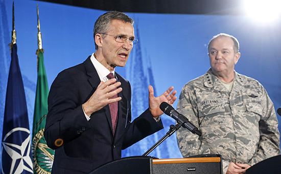 Генеральный секретарь Йенс Столтенберг и главнокомандующий силами альянса в Европе Филипп Бридлав (слева направо)